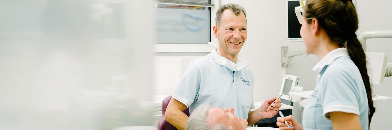 Zahnarzt Ebersbach - Dr. Eggenweiler - bei der Behandlung